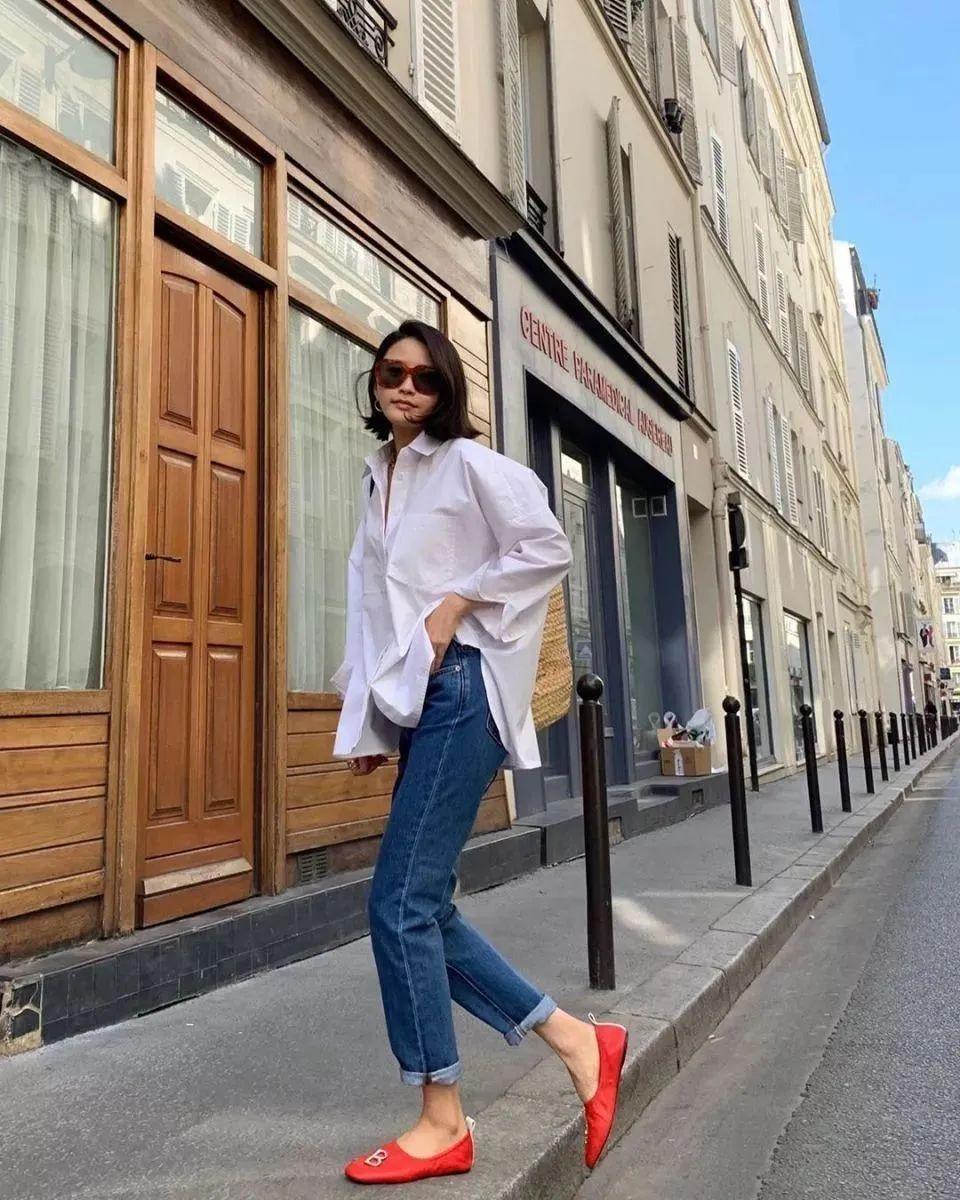 Đừng mãi quanh quẩn với giày đen/trắng nữa, giày đỏ mới thực sự giúp nâng tầm style và khiến bạn trông sang như gái Pháp - Ảnh 1.