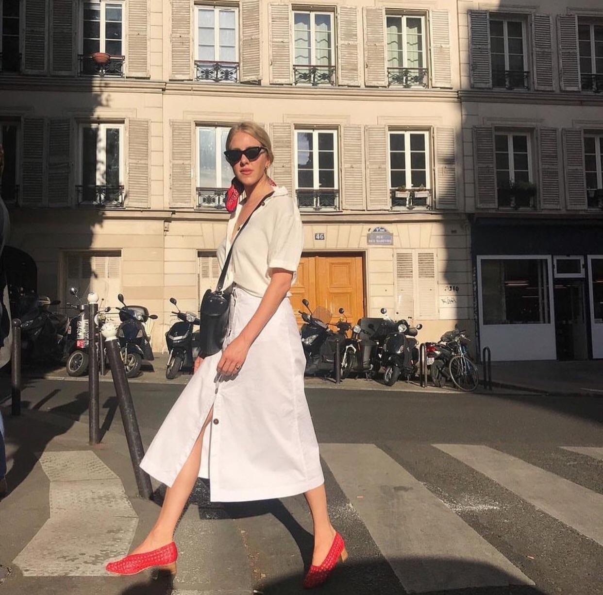 Đừng mãi quanh quẩn với giày đen/trắng nữa, giày đỏ mới thực sự giúp nâng tầm style và khiến bạn trông sang như gái Pháp - Ảnh 10.