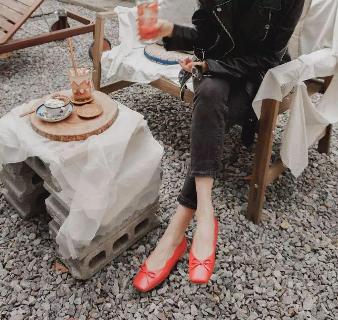 Đừng mãi quanh quẩn với giày đen/trắng nữa, giày đỏ mới thực sự giúp nâng tầm style và khiến bạn trông sang như gái Pháp - Ảnh 15.