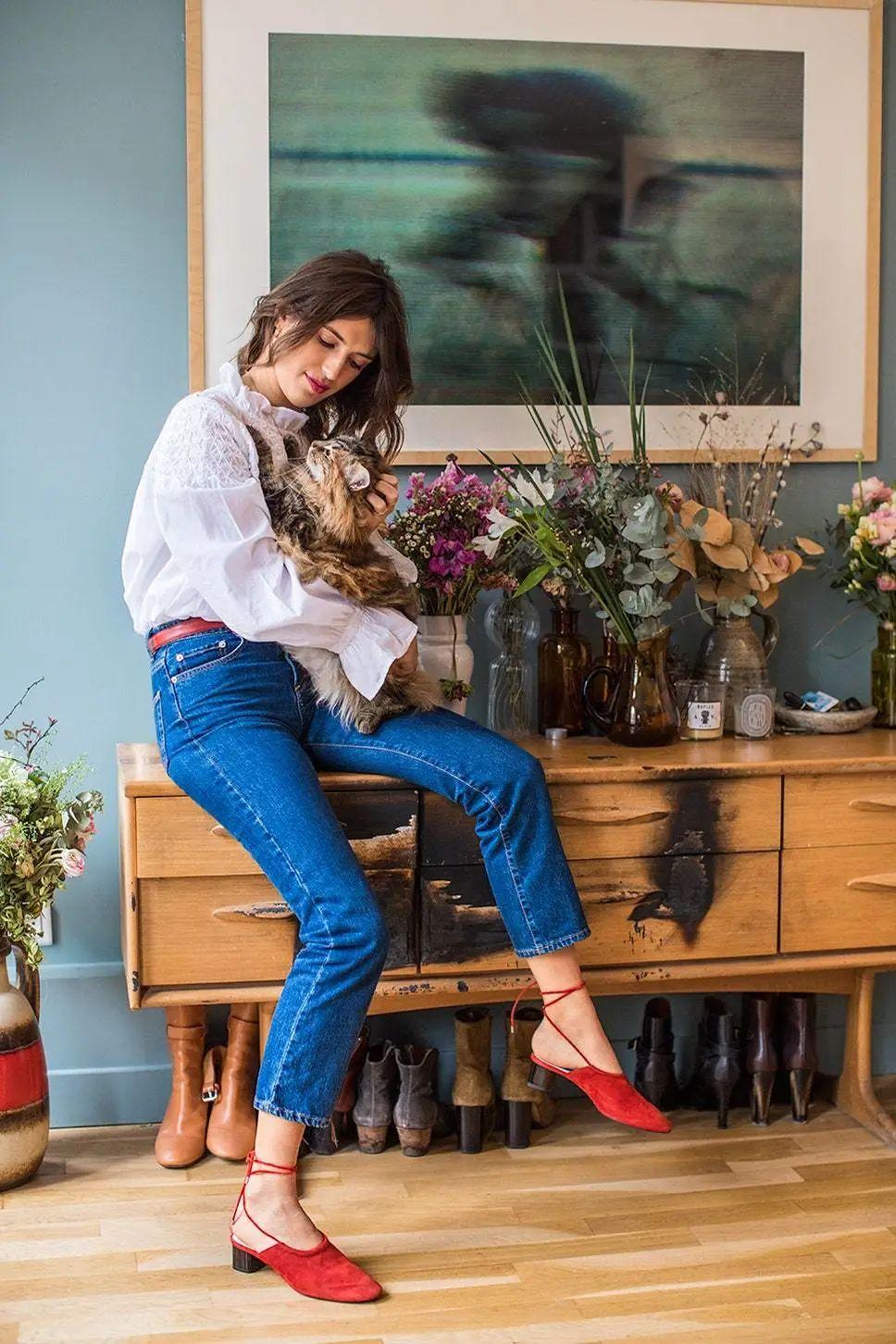 Đừng mãi quanh quẩn với giày đen/trắng nữa, giày đỏ mới thực sự giúp nâng tầm style và khiến bạn trông sang như gái Pháp - Ảnh 4.