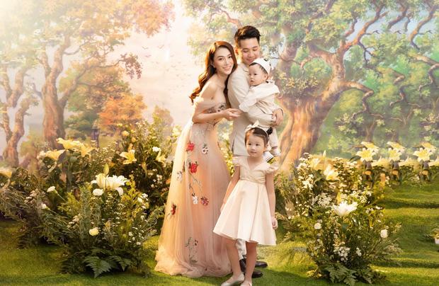 Lê Hà lần đầu khoe ảnh cả gia đình: Lộ chân dung nhóc tỳ thứ 2, nhan sắc và body mẹ bỉm giật spotlight - Ảnh 2.