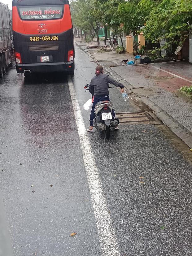 Người dân Huế gõ cửa từng xe xếp hàng trú bão để phát cơm, nước uống miễn phí bất chấp mưa gió khiến ai cũng xúc động - Ảnh 2.