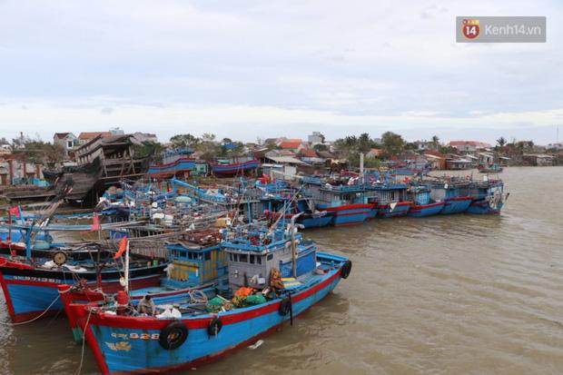 Bão đi qua, nhà sập hết nhưng người dân ven biển Quảng Ngãi vẫn chung tay giúp đỡ nhau, phụ vớt thuyền bị chìm lên bờ - Ảnh 6.