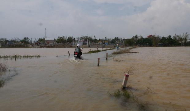 Báo quốc tế nói về bão số 9 Molave tại Việt Nam: Cơn bão cuồng loạn mạnh nhất thập kỷ đánh vào một quốc gia kiên cường - Ảnh 1.