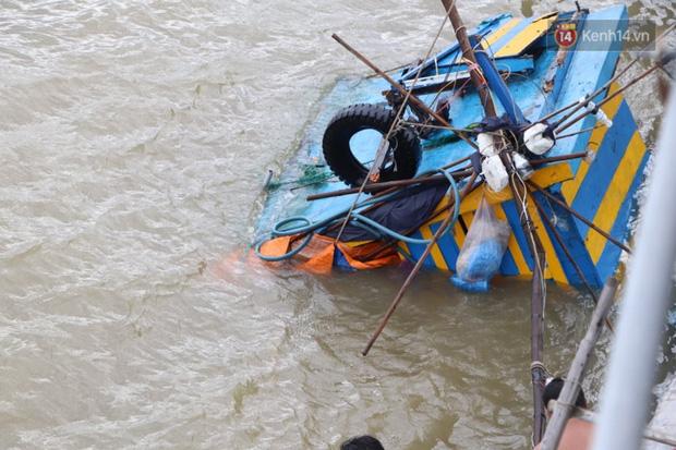 Bão đi qua, nhà sập hết nhưng người dân ven biển Quảng Ngãi vẫn chung tay giúp đỡ nhau, phụ vớt thuyền bị chìm lên bờ - Ảnh 15.