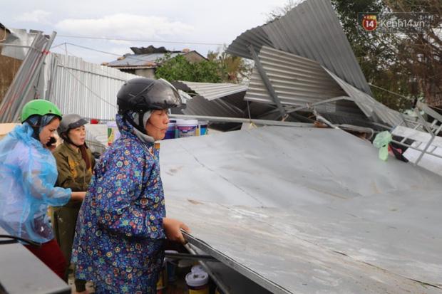 Bão đi qua, nhà sập hết nhưng người dân ven biển Quảng Ngãi vẫn chung tay giúp đỡ nhau, phụ vớt thuyền bị chìm lên bờ - Ảnh 19.