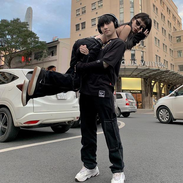 Tụi yêu nhau lại có trend vác bồ pose ảnh: Nam thì khoe sức mạnh, nữ khoe chân dài - Ảnh 5.
