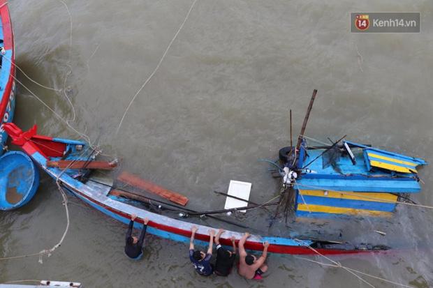 Bão đi qua, nhà sập hết nhưng người dân ven biển Quảng Ngãi vẫn chung tay giúp đỡ nhau, phụ vớt thuyền bị chìm lên bờ - Ảnh 7.