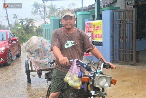 Ấm lòng sau cơn bão: Những người sửa mái tôn, chạy nước miễn phí cho bà con miền Trung - Ảnh 5.