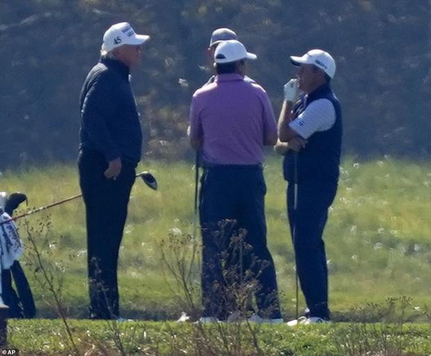 Hình ảnh ông Trump buồn bã quay về Nhà Trắng sau khi hay tin tái tranh cử thất bại trong khi đối thủ đang bận rộn ăn mừng chiến thắng - Ảnh 6.