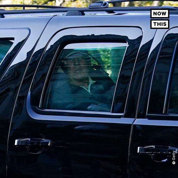 Hình ảnh ông Trump buồn bã quay về Nhà Trắng sau khi hay tin tái tranh cử thất bại trong khi đối thủ đang bận rộn ăn mừng chiến thắng - Ảnh 8.