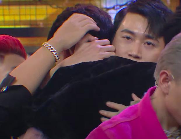 Hình ảnh GDucky ôm người thân bật khóc nức nở được lan truyền mạnh - Ảnh 2.
