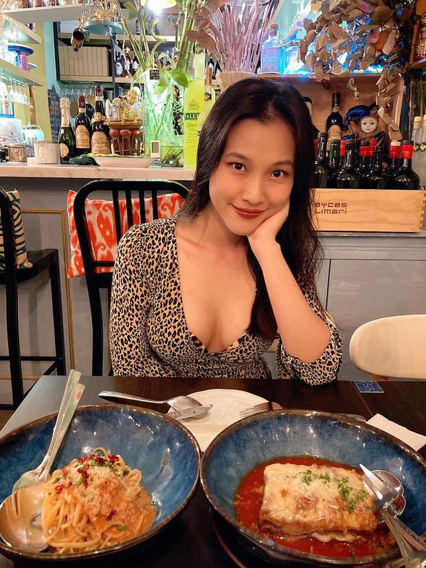 Hoàng Oanh đăng ảnh đi ăn tối nhưng netizen chỉ dán mắt vào vòng 1 căng đầy, cực nóng bỏng của mẹ bỉm - Ảnh 2.