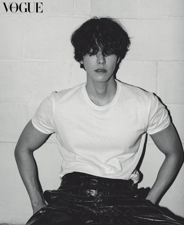Tài tử Kim Woo Bin gây sốt với bộ ảnh mới: Body gầy gò vì ung thư 1 thời lột xác ngoạn mục, visual cực phẩm cuối cùng đã trở lại - Ảnh 2.