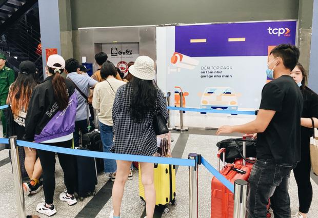 Khổ như hành khách ở Tân Sơn Nhất: Dang nắng mang vác hành lý ra đường đón xe công nghệ - Ảnh 4.