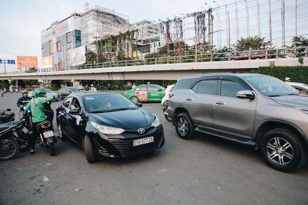 Khổ như hành khách ở Tân Sơn Nhất: Dang nắng mang vác hành lý ra đường đón xe công nghệ - Ảnh 11.