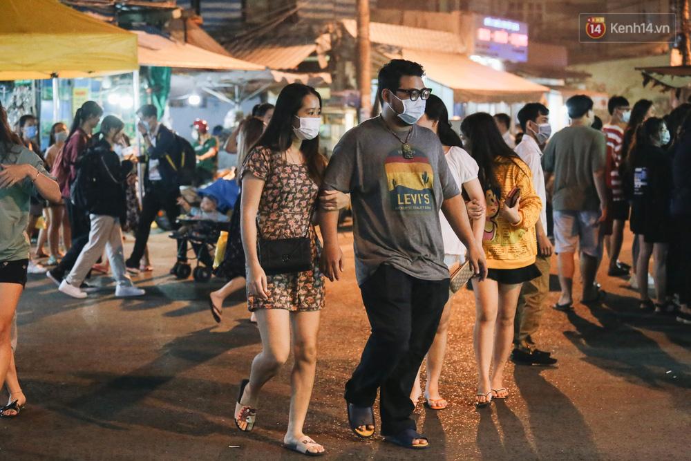Cận cảnh phố đi bộ đêm thứ 3 vừa hoạt động thử nghiệm ở Sài Gòn - Ảnh 16.