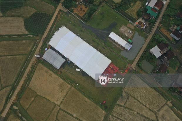Hé lộ không gian cưới khủng rộng 500m2 ở sân bóng của Công Phượng ở Nghệ An: Chú rể đội mũ cối đi kiểm tra, rạp khủng được trang trí đầy lãng mạn! - Ảnh 11.