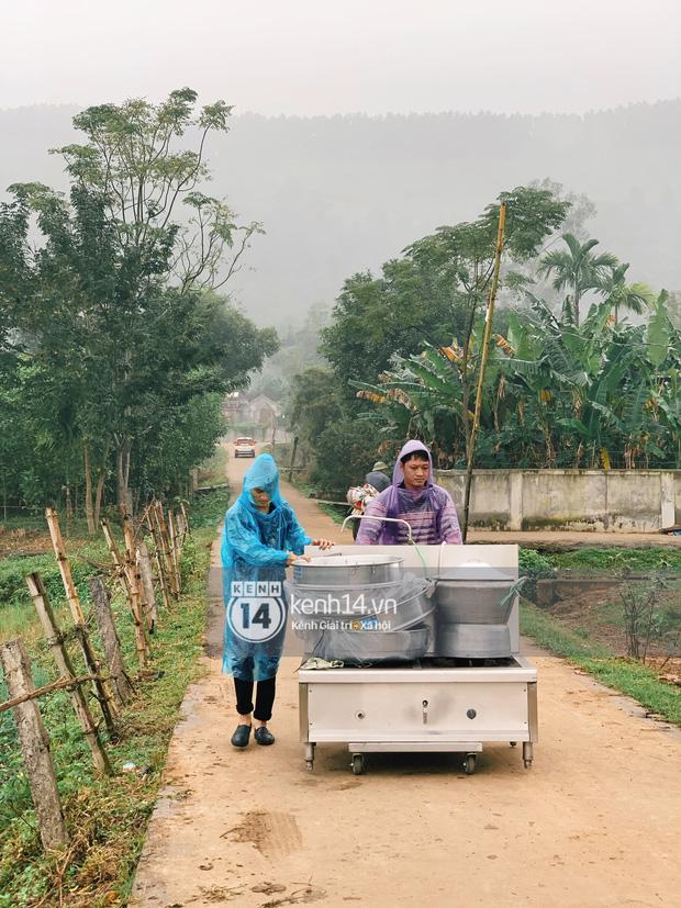 Hé lộ không gian cưới khủng rộng 500m2 ở sân bóng của Công Phượng ở Nghệ An: Chú rể đội mũ cối đi kiểm tra, rạp khủng được trang trí đầy lãng mạn! - Ảnh 10.