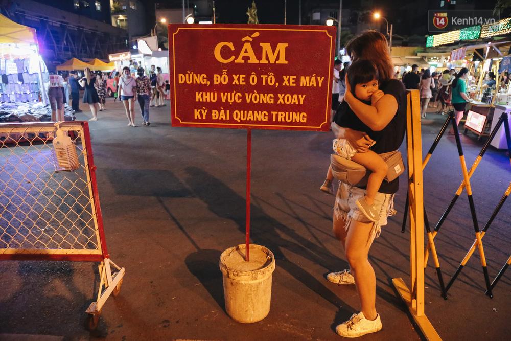 Cận cảnh phố đi bộ đêm thứ 3 vừa hoạt động thử nghiệm ở Sài Gòn - Ảnh 3.