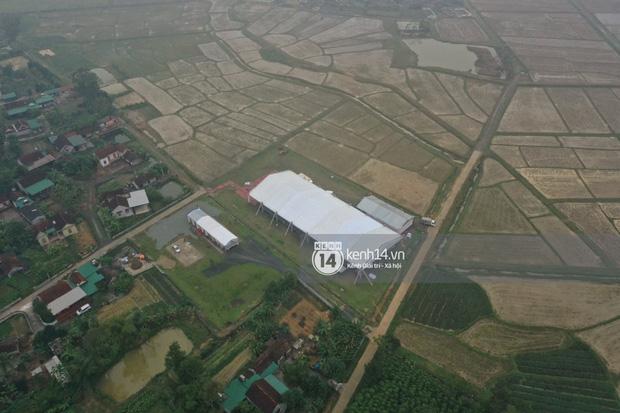 Hé lộ không gian cưới khủng rộng 500m2 ở sân bóng của Công Phượng ở Nghệ An: Chú rể đội mũ cối đi kiểm tra, rạp khủng được trang trí đầy lãng mạn! - Ảnh 12.