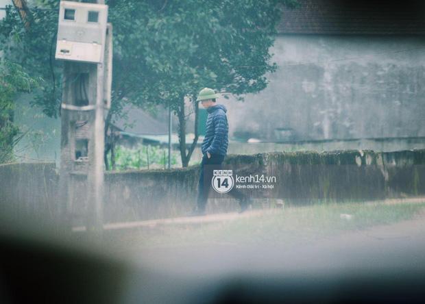 Hé lộ không gian cưới khủng rộng 500m2 ở sân bóng của Công Phượng ở Nghệ An: Chú rể đội mũ cối đi kiểm tra, rạp khủng được trang trí đầy lãng mạn! - Ảnh 3.