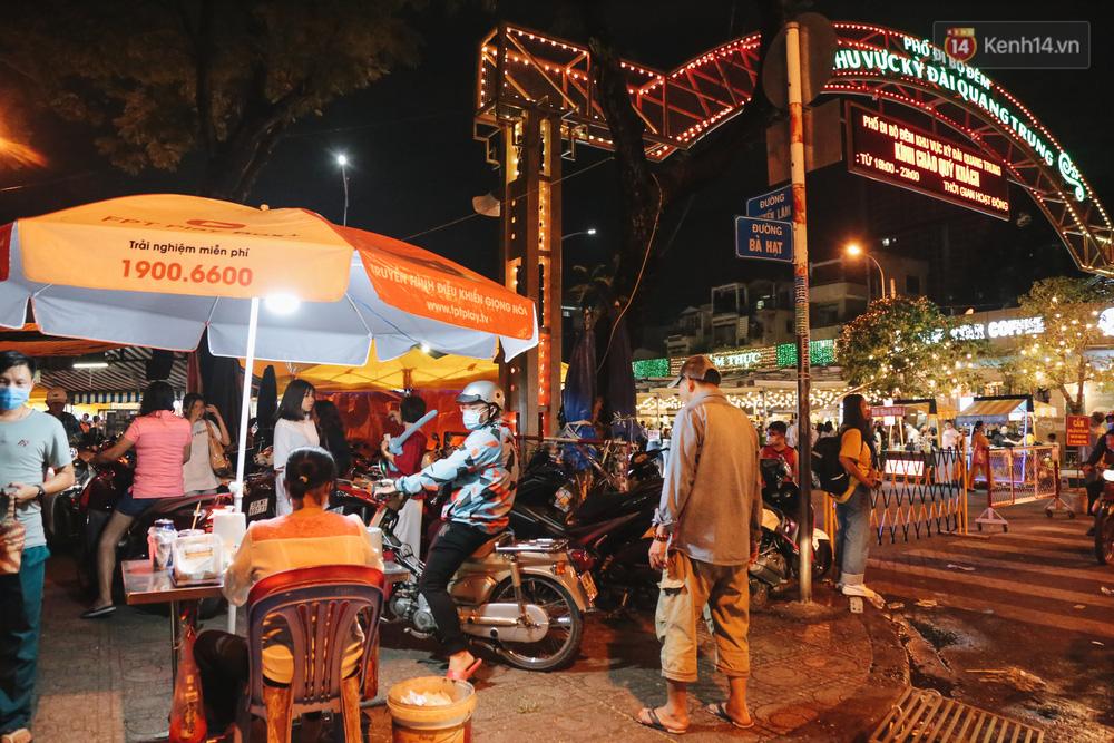 Cận cảnh phố đi bộ đêm thứ 3 vừa hoạt động thử nghiệm ở Sài Gòn - Ảnh 4.