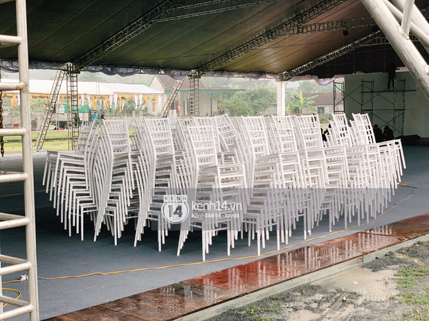 Hé lộ không gian cưới khủng rộng 500m2 ở sân bóng của Công Phượng ở Nghệ An: Chú rể đội mũ cối đi kiểm tra, rạp khủng được trang trí đầy lãng mạn! - Ảnh 5.