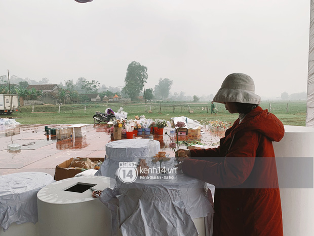 Hé lộ không gian cưới khủng rộng 500m2 ở sân bóng của Công Phượng ở Nghệ An: Chú rể đội mũ cối đi kiểm tra, rạp khủng được trang trí đầy lãng mạn! - Ảnh 8.
