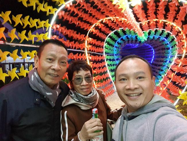 Gia đình 3 người của nhà báo Lại Văn Sâm chụp ảnh chung, nhan sắc phu nhân kín tiếng lập tức gây chú ý - Ảnh 1.