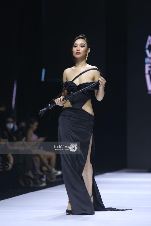 """Đứng hình trước pha """"lộ hàng"""" của nữ người mẫu ngay trên sóng trực tiếp AVIFW 2020 - Ảnh 2."""