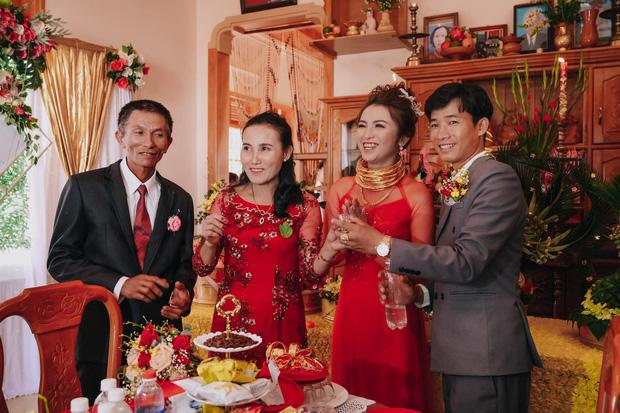 Lên rẫy phụ ba thu hoạch gặp ông chủ vựa nông sản hốt luôn, đến ngày cưới cô dâu sinh năm 99 nhận được sương sương 14 cây vàng, 2 sổ đỏ cùng 1 xe ô tô 1,3 tỷ - Ảnh 2.