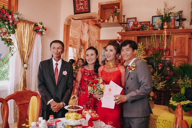 Lên rẫy phụ ba thu hoạch gặp ông chủ vựa nông sản hốt luôn, đến ngày cưới cô dâu sinh năm 99 nhận được sương sương 14 cây vàng, 2 sổ đỏ cùng 1 xe ô tô 1,3 tỷ - Ảnh 4.