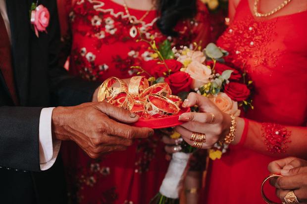 Lên rẫy phụ ba thu hoạch gặp ông chủ vựa nông sản hốt luôn, đến ngày cưới cô dâu sinh năm 99 nhận được sương sương 14 cây vàng, 2 sổ đỏ cùng 1 xe ô tô 1,3 tỷ - Ảnh 5.