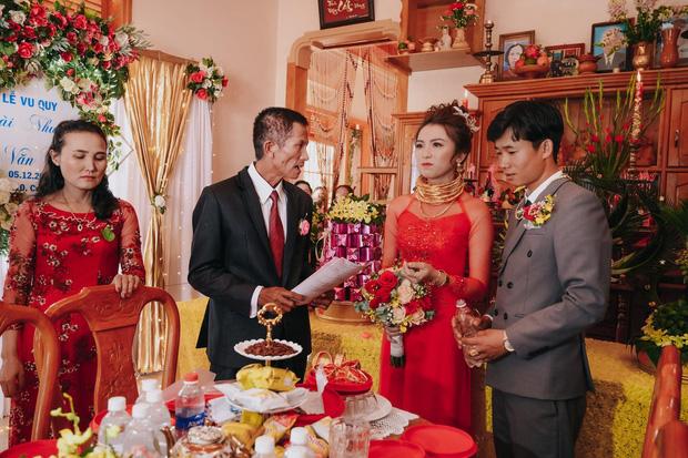 Lên rẫy phụ ba thu hoạch gặp ông chủ vựa nông sản hốt luôn, đến ngày cưới cô dâu sinh năm 99 nhận được sương sương 14 cây vàng, 2 sổ đỏ cùng 1 xe ô tô 1,3 tỷ - Ảnh 3.