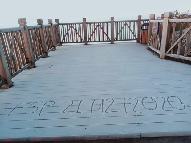 Lạnh -9 độ C, đỉnh Fansipan xuất hiện băng giá khiến nhiều du khách xuýt xoa: Không uổng công bắt chuyến cáp đầu tiên để chiêm ngưỡng - Ảnh 1.