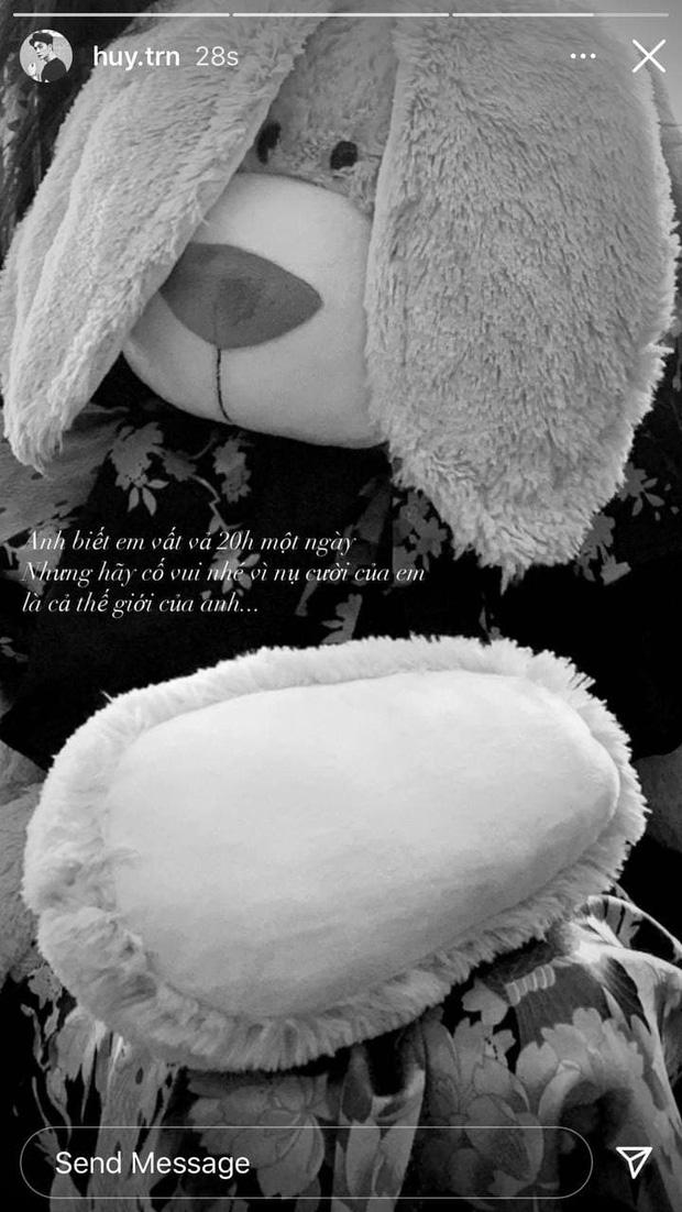 Giữa bão thị phi của Ngô Thanh Vân, Huy Trần có động thái ngọt như mía lùi: Hãy cố vui nhé vì nụ cười của em là cả thế giới của anh - Ảnh 2.