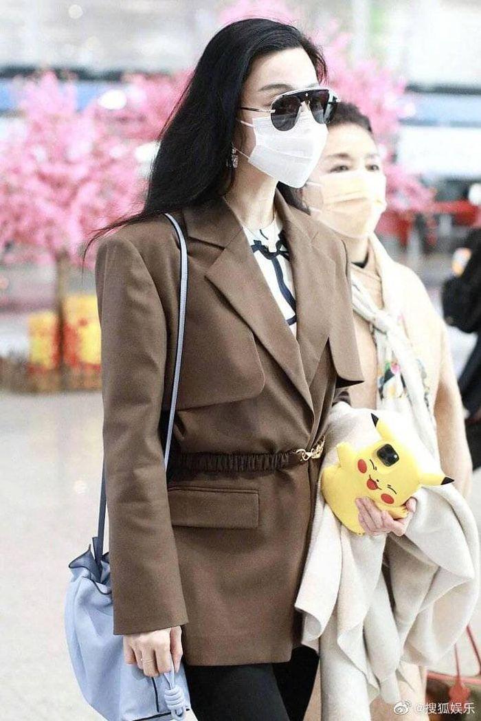 Đeo khẩu trang kín tại sân bay nhưng Phạm Băng Băng cùng mẹ vẫn toát ra thần thái sang trọng hơn người