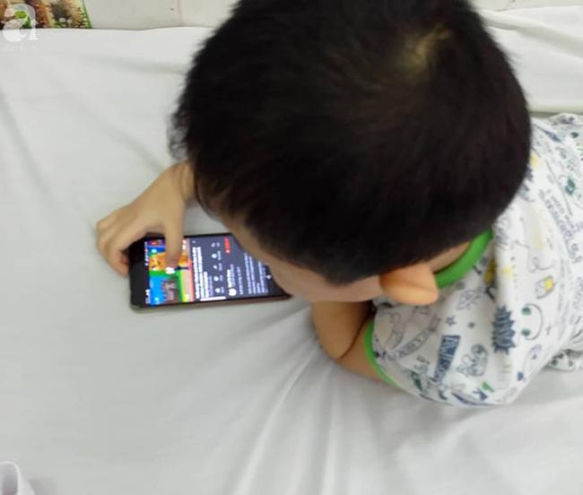 Dùng điện thoại dỗ con từ 1 tháng tuổi, lên 5 tuổi, con vẫn chưa biết nói và có nhiều hành động khó hiểu
