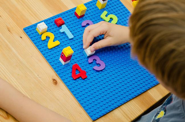 5 kỹ năng toán học trẻ ở tuổi mẫu giáo cần nắm được, bố mẹ có thể dạy qua các hoạt động hàng ngày