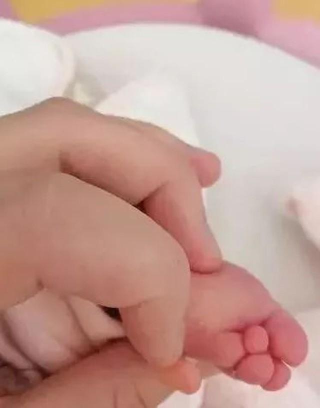 Mẹ bầu đi khám trước khi sinh không phát hiện dấu hiệu bất thường, đến ngày lâm bồn mẹ bật khóc khi nhìn thấy con