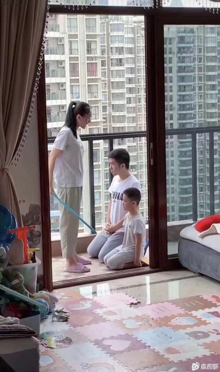 Liều mình bảo vệ con trai khi vợ đang dạy dỗ, ông bố trẻ nhận cái kết 'đắng' khiến dân mạng cười ra nước mắt