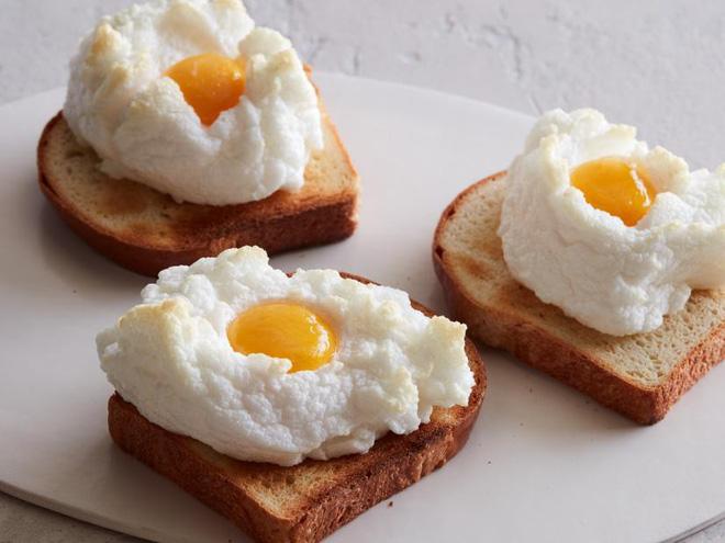 Ở Mỹ, trứng gà màu nâu đắt tiền hơn trứng gà màu trắng vì lý do này