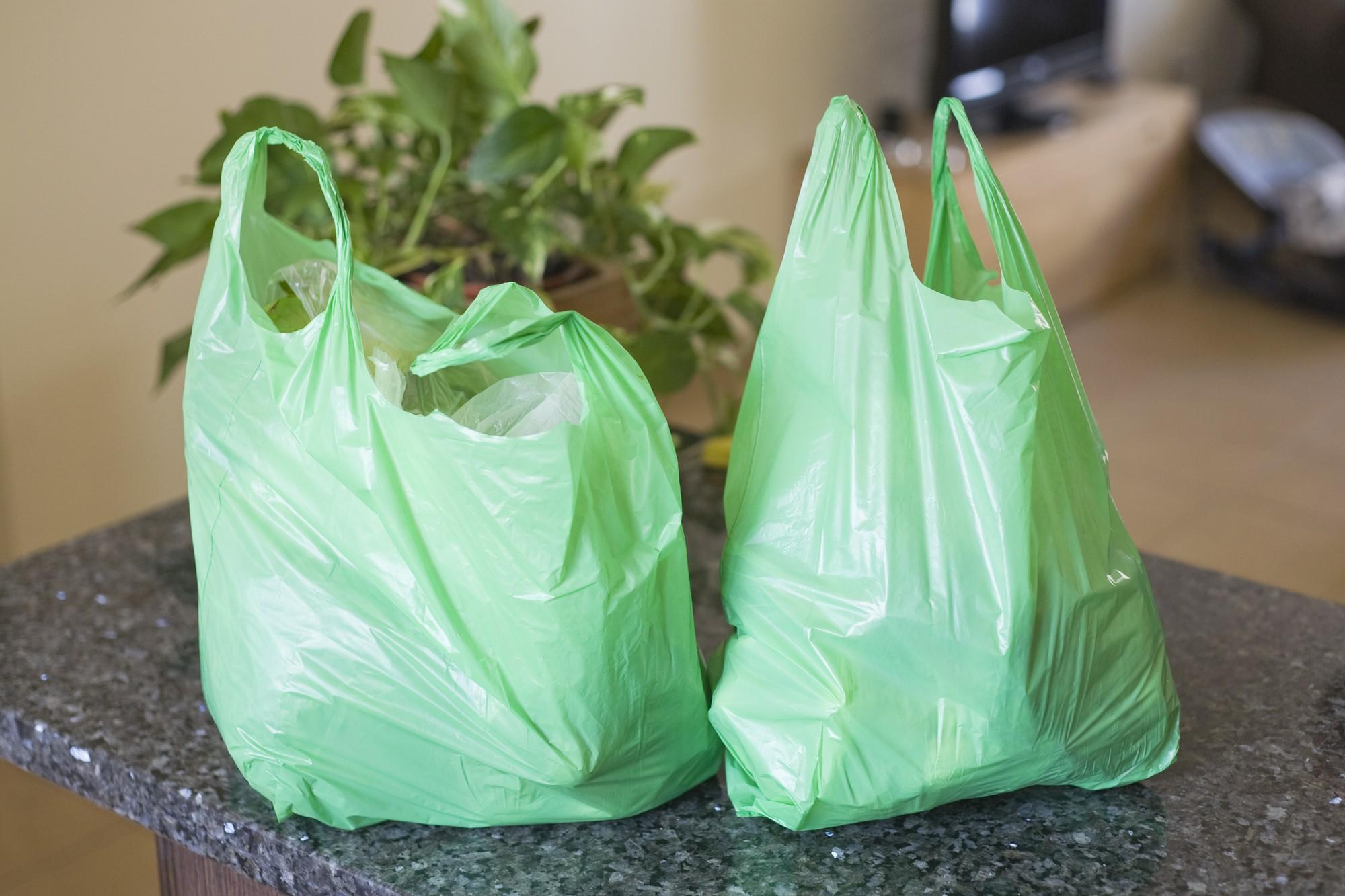 Nghiên cứu thế giới cho biết: túi nhựa, cốc nhựa chất lượng kém chứa 2 loại chất độc hại gây hàng tá bệnh cho con người