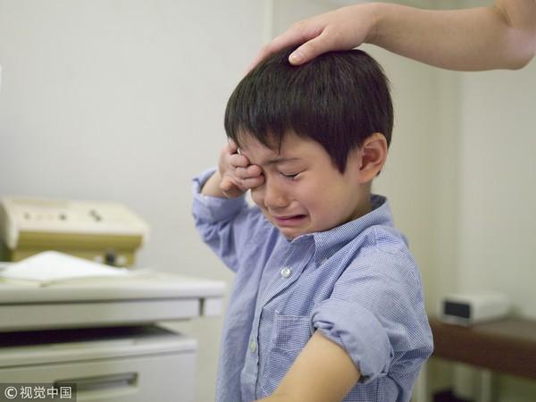 Lời khuyên chuẩn xác của bác sĩ về cách xử lý khi trẻ nuốt nhầm gói phải hút ẩm, cha mẹ không thể bỏ qua