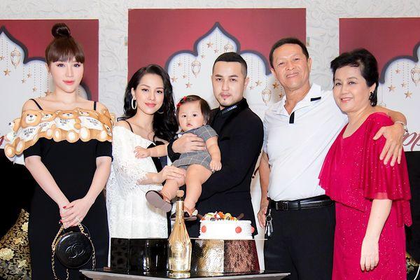 Sao Việt tổ chức sinh nhật con: Người thuê nhà hàng 5 sao, người tổ chức ở bãi biển như tiệc cưới