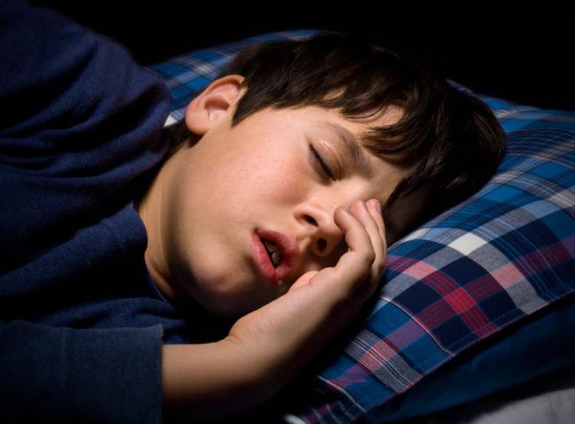 """Mất ngủ, ngủ ngáy và hàng loạt những """"hiểm họa"""" khác trong giấc ngủ của con không phải mẹ nào cũng nghĩ tới"""