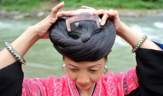 Phụ nữ ngôi làng này tóc ai cũng đen mượt và chẳng có lấy 1 sợi bạc là nhờ gội đầu bằng một loại nước lên men