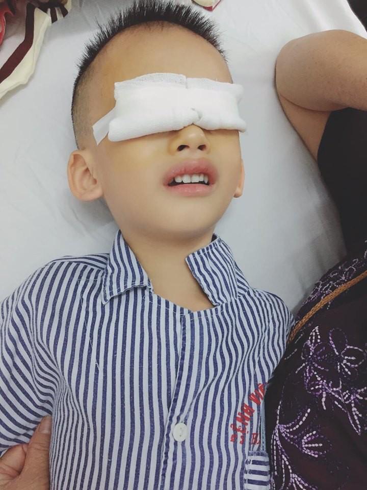 Đưa con đi khám mắt, mẹ bị bác sĩ mắng té tát vì cho con xem điện thoại khiến 1 mắt lác, 1 mắt loạn