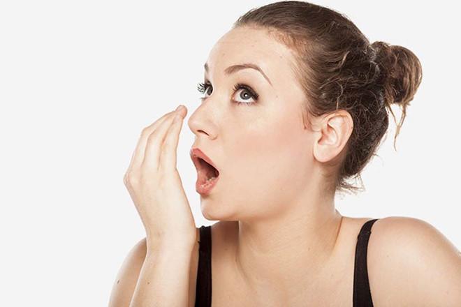 6 cách giúp bạn loại bỏ tình trạng hơi thở có mùi